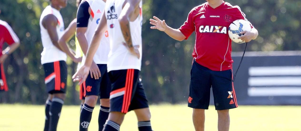 O técnico Ney Franco conversa com Cáceres no treino do Flamengo Foto: Ivo Gonzalez / Agência O Globo
