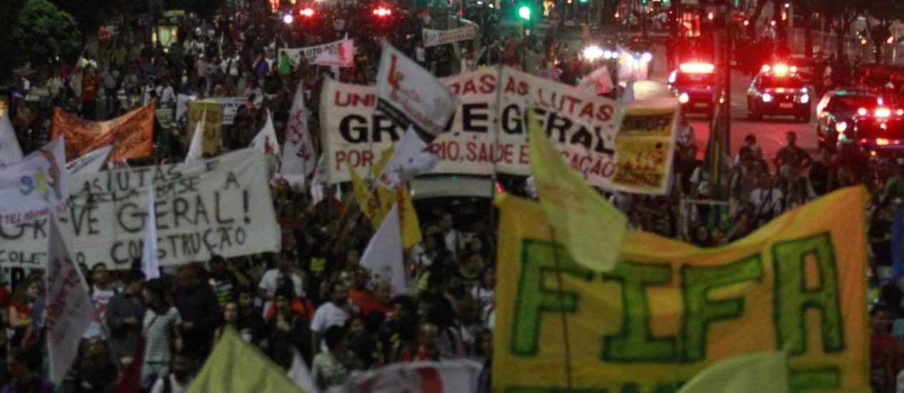 Protesto. Rodoviários se juntam à manifestação na Central do Brasil que interditou a Avenida Presidente Vargas Foto: Domingos Peixoto / Agência O Globo
