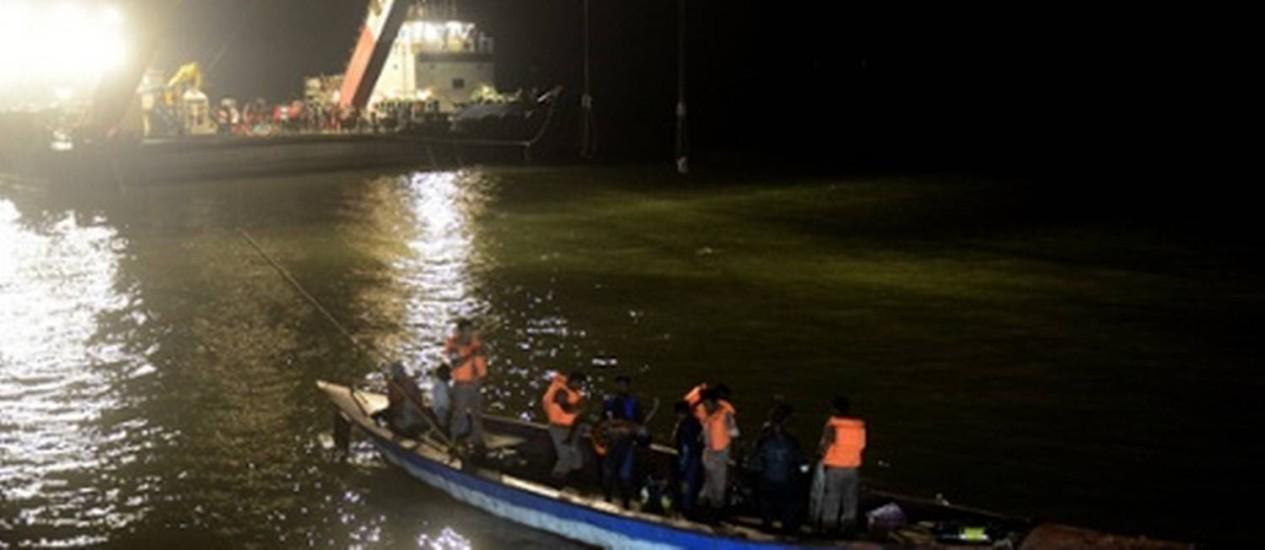 Equipe de resgate busca corpos do naufrágio de balsa no Rio Meghna, em Bangladesh Foto: MUNIR UZ ZAMAN / AFP