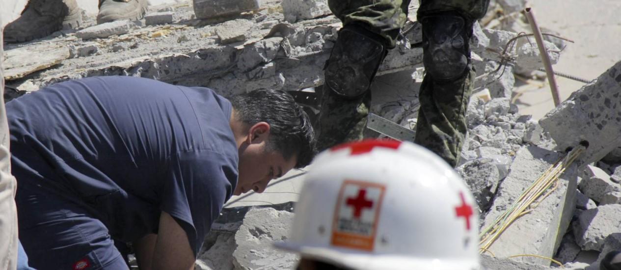 Equipe de resgate buscam vítimas nos escombros do shopping que desabou em Reynoa, no México Foto: STR / AFP