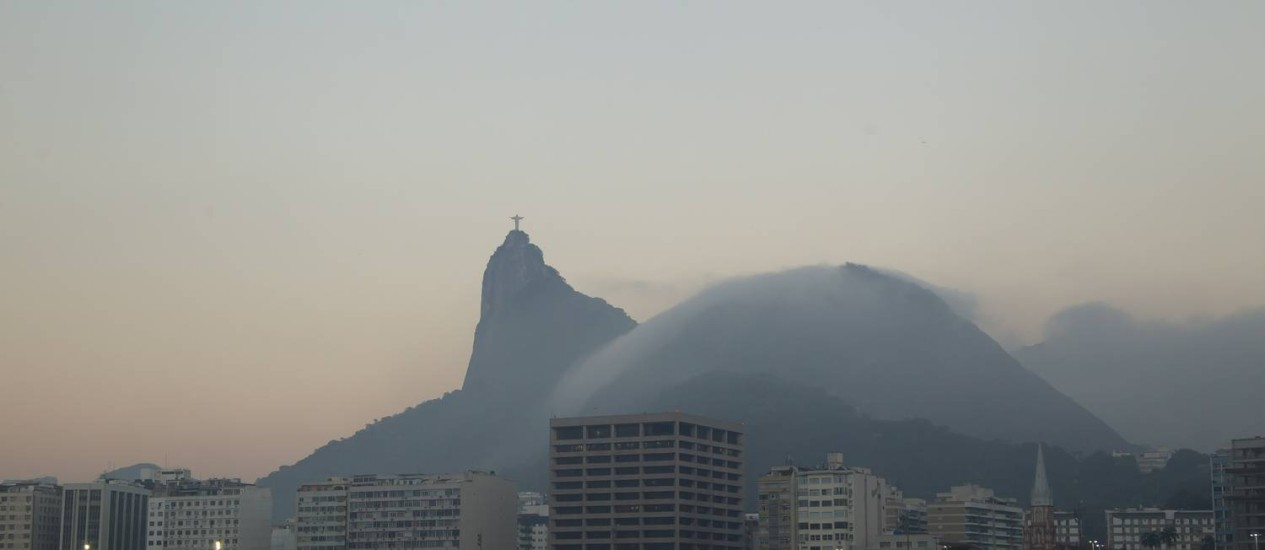Nevoeiro atinge a cidade no amanhecer desta sexta-feira Foto: Fernando Quevedo / Agência O Globo