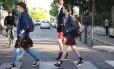 """Estudantes usam saia para ir à escola em apoio à campanha """"O que levanta a saia"""", em Nantes, na França"""
