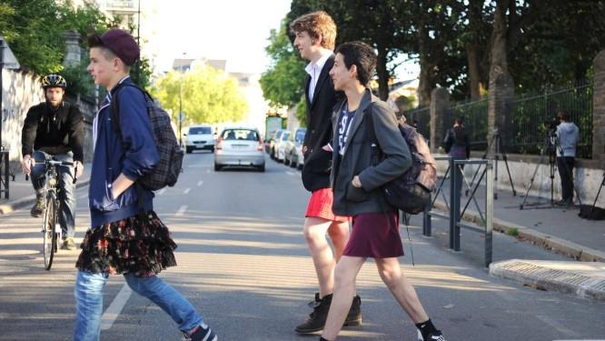 """Estudantes usam saia para ir à escola em apoio à campanha """"O que levanta a saia"""", em Nantes, na França Foto: JEAN-SEBASTIEN EVRARD / AFP"""