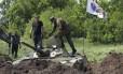 Rebeldes pró-Rússia tomam suas posições se preparando para lutar contra as tropas do governo perto de Slaviansk, no Leste da Ucrânia