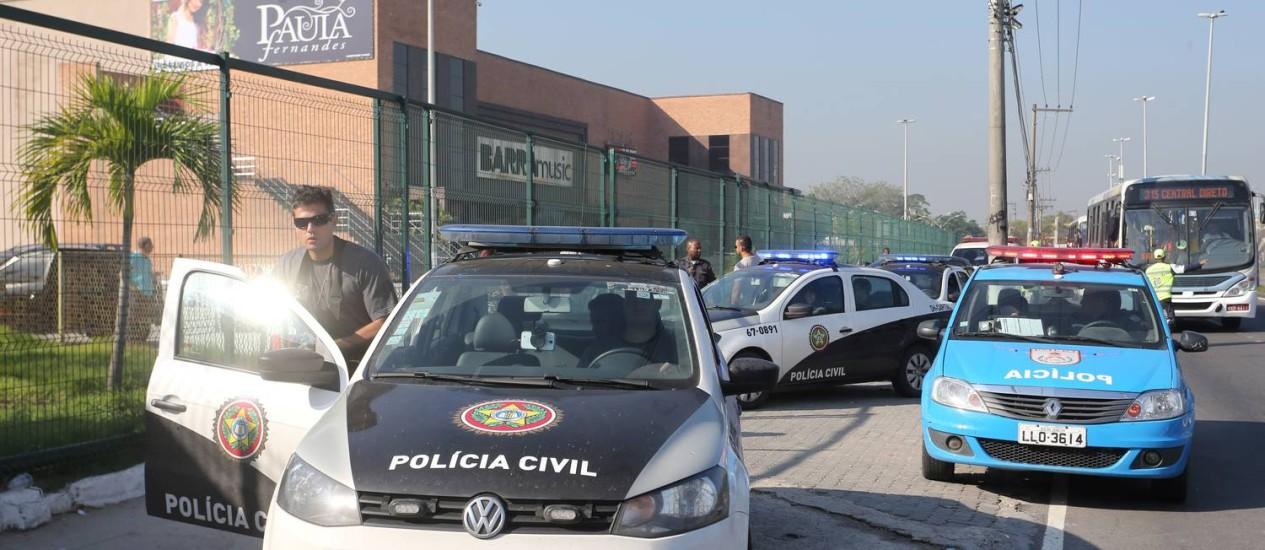 Carros da Polícia parados em frente ao Barra Music: agentes investigam morte de taxista Foto: Guilherme Pinto / Agência O Globo