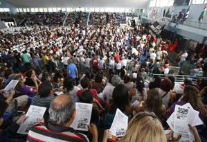 Centenas de professores participam de assembleia no Club Municipal, na Tijuca Foto: Alexandre Cassiano / O Globo