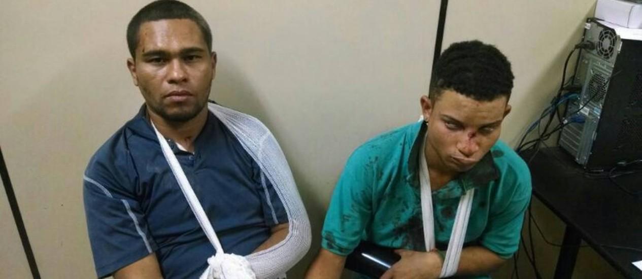 Roberto (à esquerda) e Isaac na delegacia: presos após serem agredidos Foto: Polícia Militar / Divulgação
