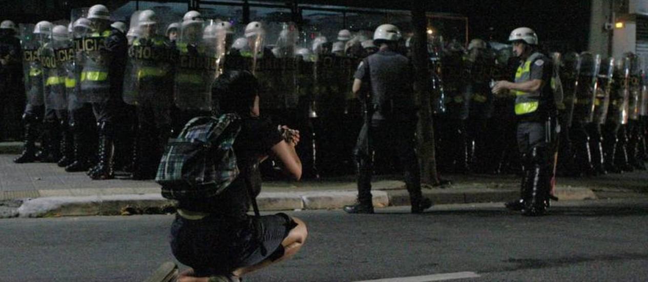 Manifestante se ajoelha diante da tropa da polícia na rua da Consolação em São Paulo Foto: Michel Filho/O Globo