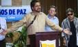 Comandante das Farc Ivan Marquez lê declaração de trégua ao lado de Pablo Catatumbo e Jesus Santrich, no Palácio de Convenções de Havana, durante as negociações de paz com o governo colombiano