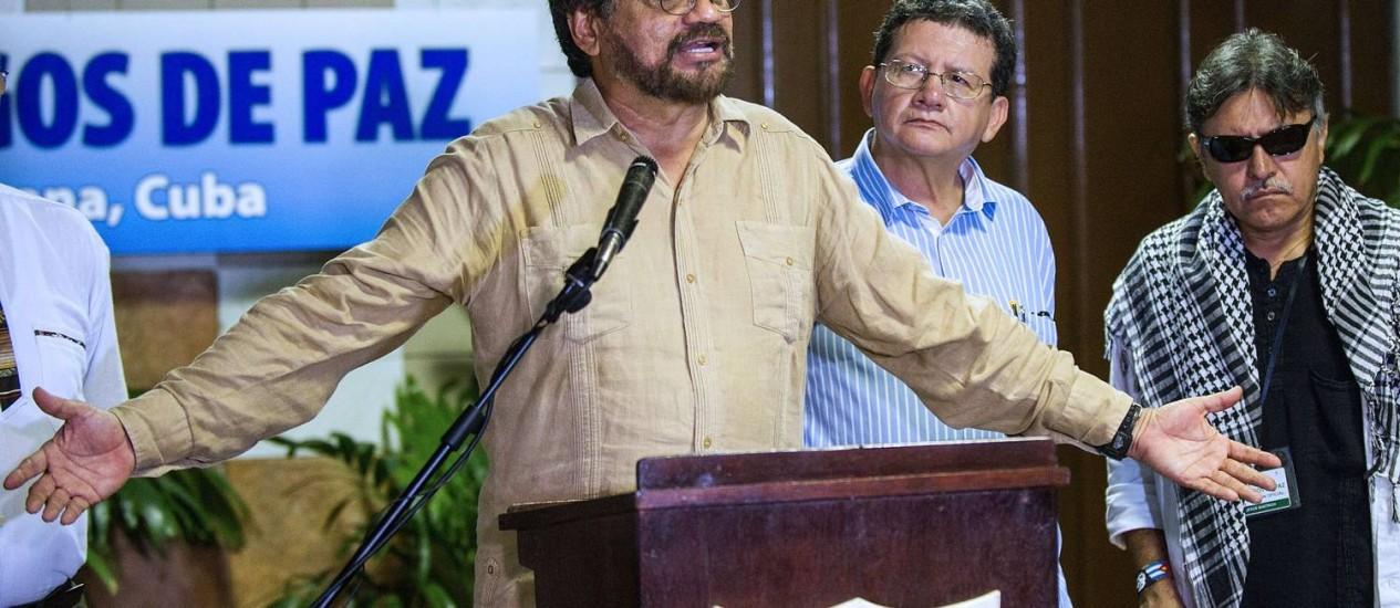 Comandante das Farc Ivan Marquez lê declaração de trégua ao lado de Pablo Catatumbo e Jesus Santrich, no Palácio de Convenções de Havana, durante as negociações de paz com o governo colombiano Foto: YAMIL LAGE / AFP