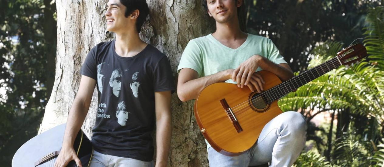 Gabriel Leone e Gabriel Falcão no Parque Lage Foto: Camilla Maia /Agência O Globo