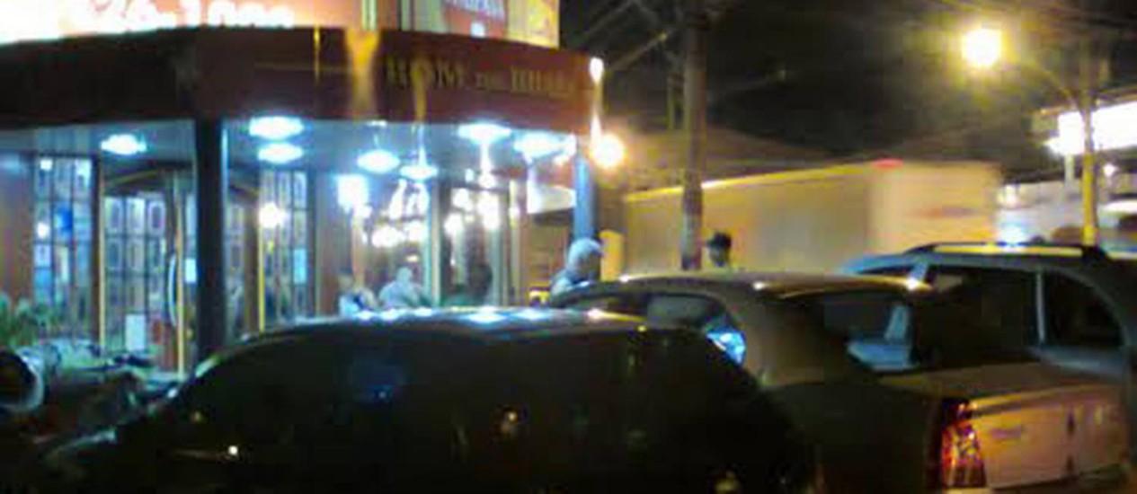 Os carros estacionados na calçada do restaurante, na Taquara Foto: Leitor Jardel Oliveira / Eu-Repórter