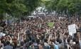Milhares de pessoas participam de protesto contra o governo turco na cidade de Soma