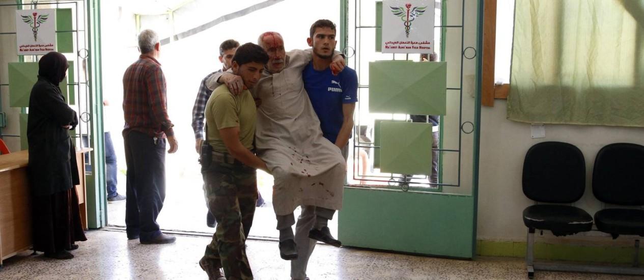 Sírios entram em hospital com homem ferido em ataque aéreo na província de Idlib; médicos também são vítimas da guerra Foto: RASEM GHAREEB / REUTERS/14-5-2014