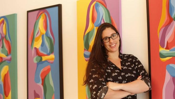 Fabiana D'Angelo e os quadros pintados por ela ainda na época da faculdade de Belas Artes e que hoje decoram sua sala de jantar Foto: Ana Branco / Ana Branco