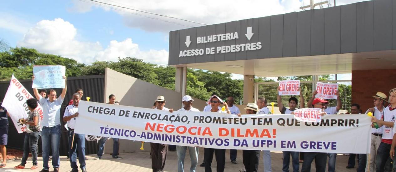 Professores e servidores das Universidades Federal e Estadual do Piauí receberam a presidente Dilma Roussef com protestos em Teresina, nesta sexta-feira. Foto: Effrem Ribeiro / Agência O Globo