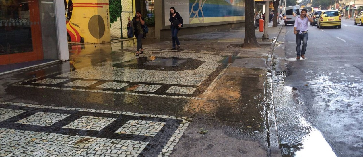 Água escorre em calçada da Avenida Nossa Senhora de Copacabana - Foto: Leitor Marcos José Rodrigues / Eu-Repórter