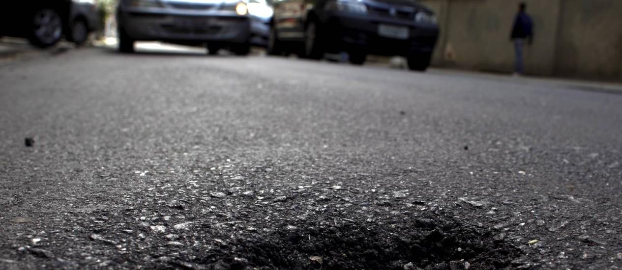 Rua Lemos Cunha, em Icaraí, já tem buracos pouco depois de recapeamento ser concluído Foto: Gustavo Stephan/ Agência O Globo