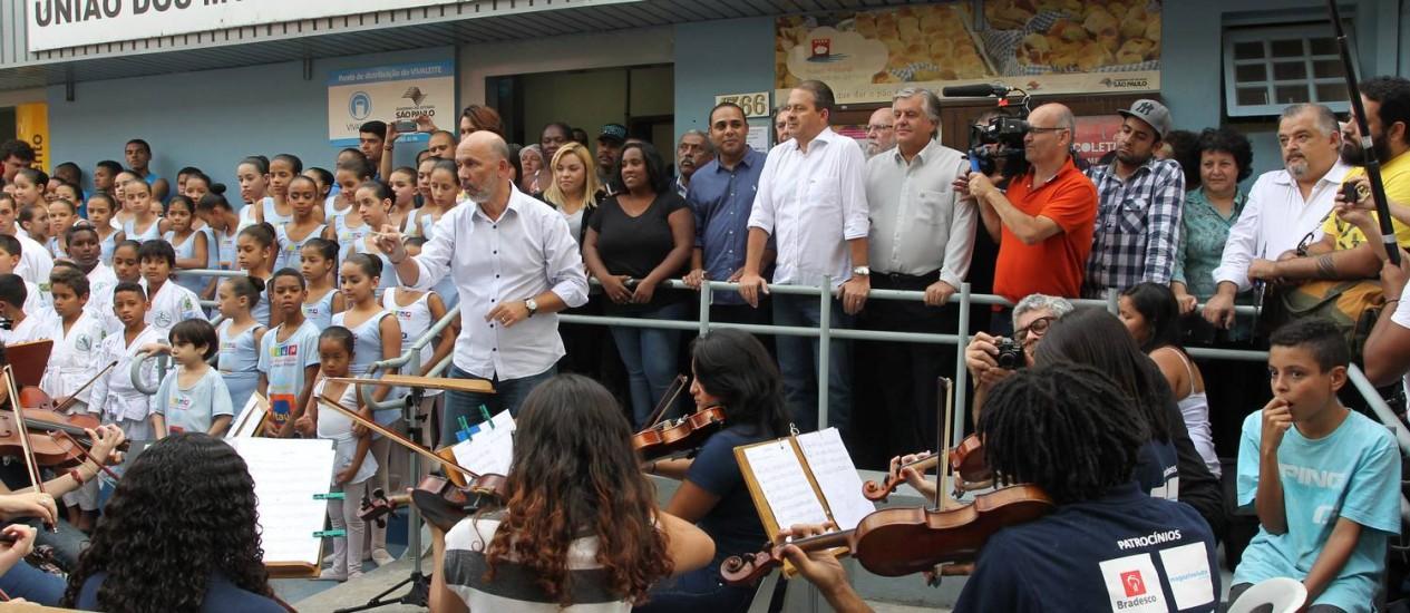 Eduardo Campos assite apresentação de orquestra em Paraisopolis Foto: Agência O Globo