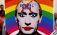 Protesto na Rússia. Ativistas gays exibem cartazes com o arco-íris e a imagem estilizada do presidente Vladimir Putin maquiado: novas leis aprovadas pelo governo marginalizam ainda mais as populações homossexuais no país