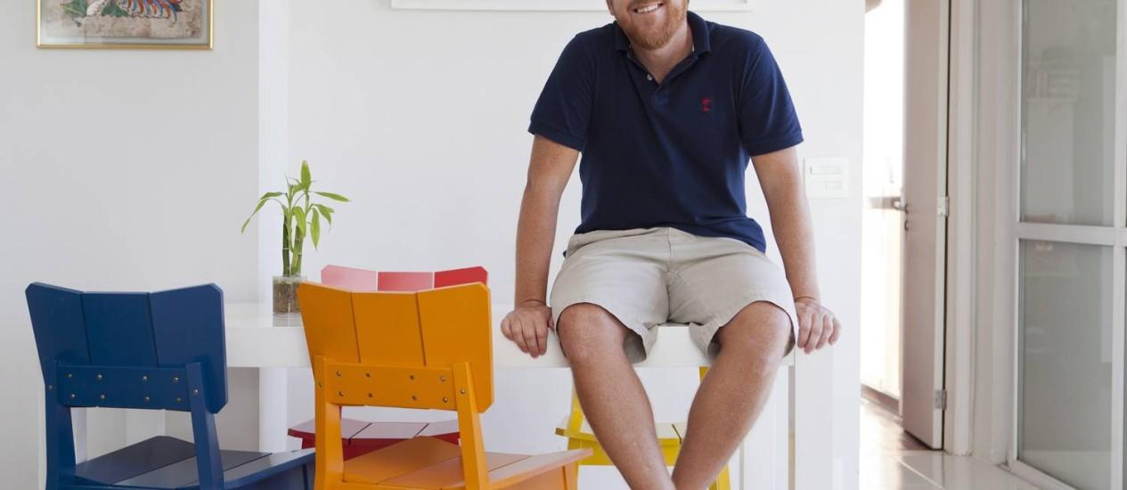 O cartunista Bruno Drummond em seu apartamento em Icaraí Foto: Bárbara Lopes / Agência O Globo