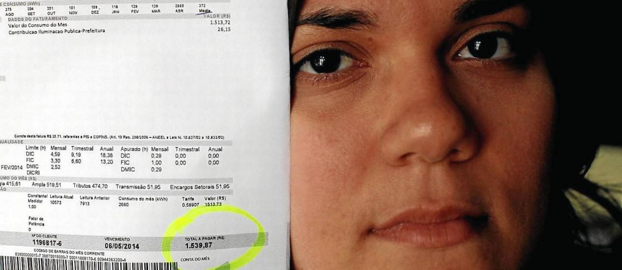 A tradutora Isadora de Campos com a conta de luz do mês passado: susto com a fatura que ultrapassou os R$ 1.500 Foto: Gustavo Stephan