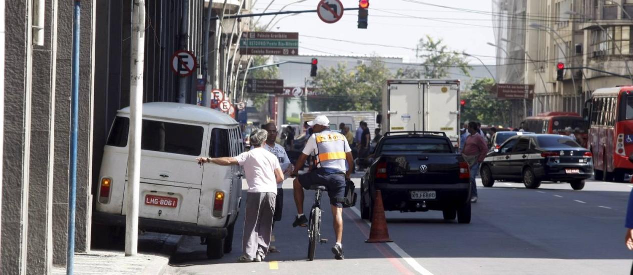 Agente determina que motorista retire o veículo de área de ciclistas na Avenida Amaral Peixoto Foto: Eduardo Naddar