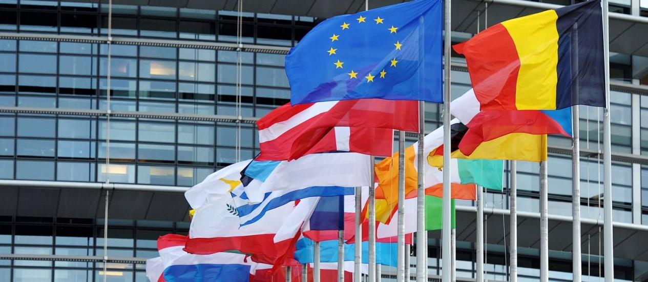 Bandeiras tremulam em frente ao Parlamento Europeu Foto: FREDERICK FLORIN/AFP