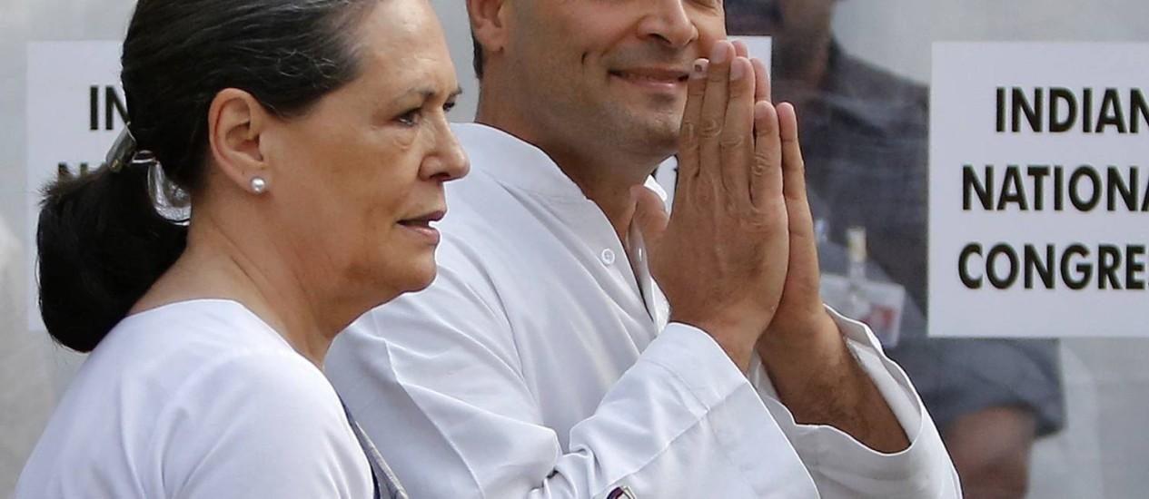 Vexame nas urnas. A presidente do CNI, Sonia Gandhi, e o vice, seu filho Rahul Gandhi, asumiram a derrota Foto: ANINDITO MUKHERJEE/REUTERS