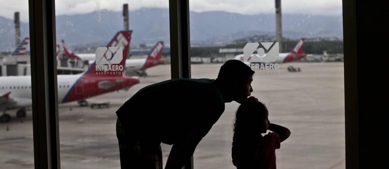 Passageiros no Galeão. Agências fazem promoção de última hora para tentar atrair os turistas Foto: Dado Galdieri / Bloomberg
