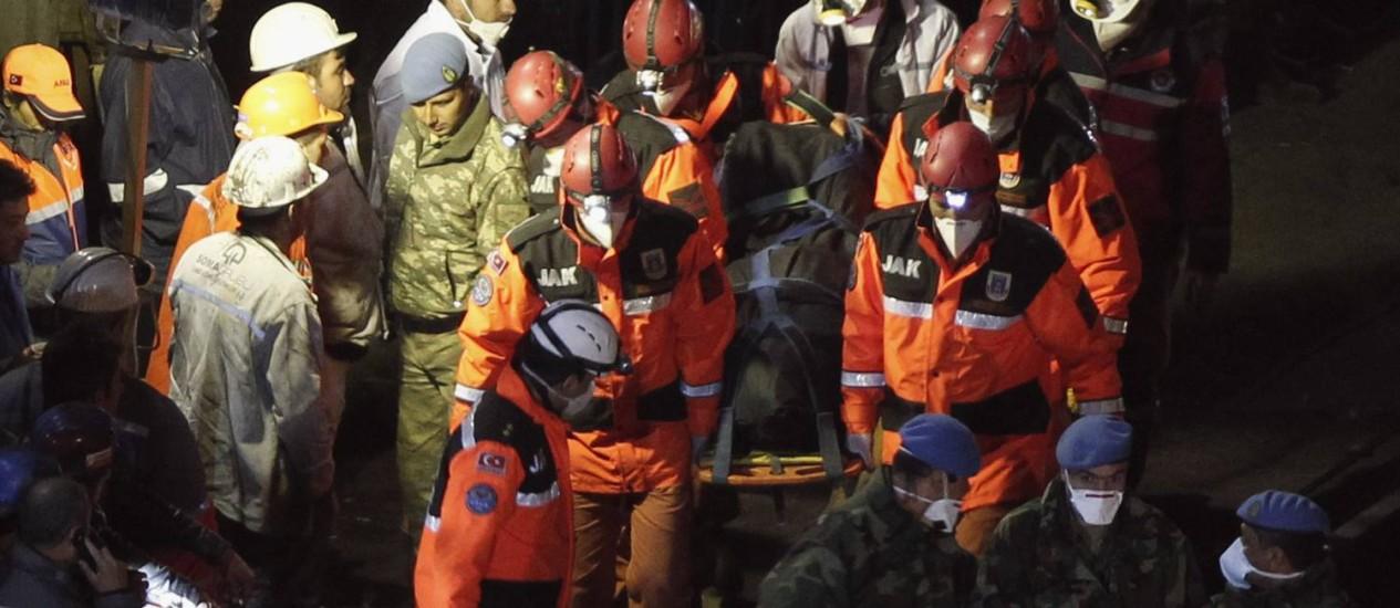 Equipe de resgate carrega um dos corpos resgatados durante a noite em Soma, na Turquia Foto: REUTERS/Osman Orsal
