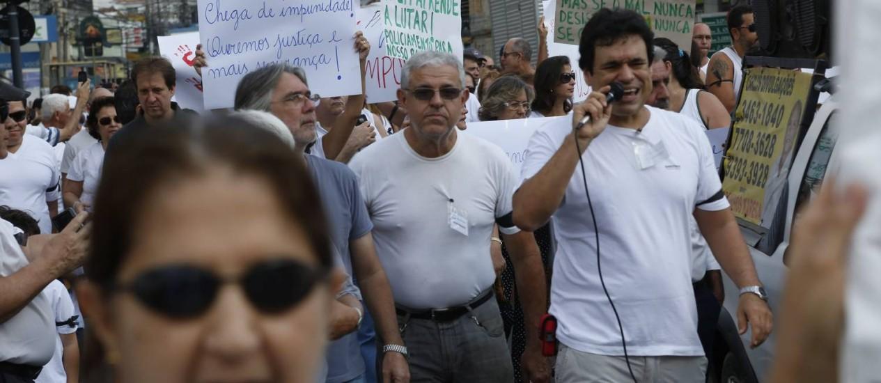 Manifestantes fazem ato no Méier contra a violência Foto: Custódio Coimbra / Agência O Globo