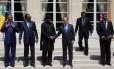 O presidente da França François Hollande aperta a mão do presidente da Nigéria, Goodluck Jonathan, observados por outros estadistas africanos