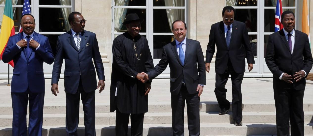 O presidente da França François Hollande aperta a mão do presidente da Nigéria, Goodluck Jonathan, observados por outros estadistas africanos Foto: AP/Francois Mori