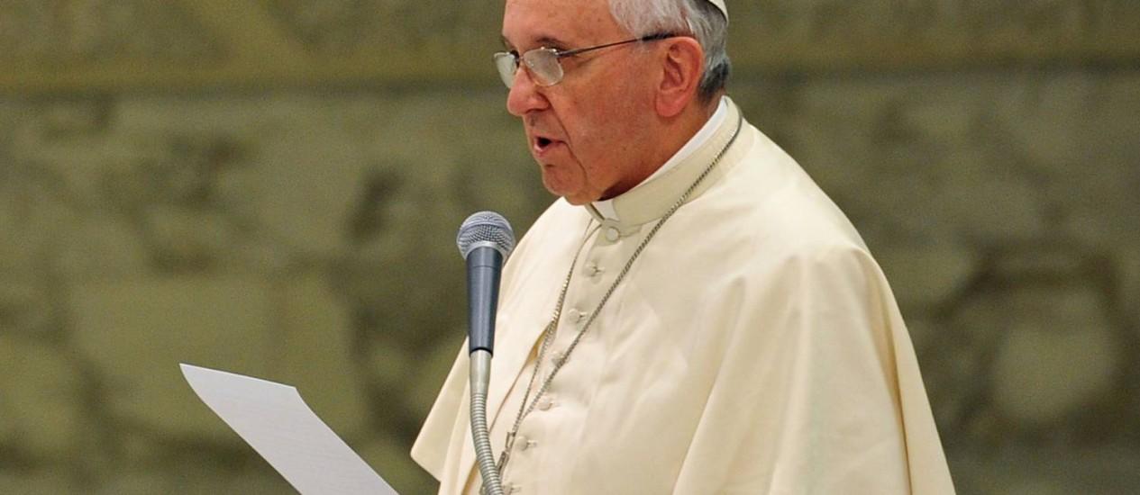 Papa Francisco faz discurso durante encontro com membros de associações fundadas pelo beato Luigi Novarese, na Sala Paulo VI, neste sábado Foto: TIZIANA FABI / AFP