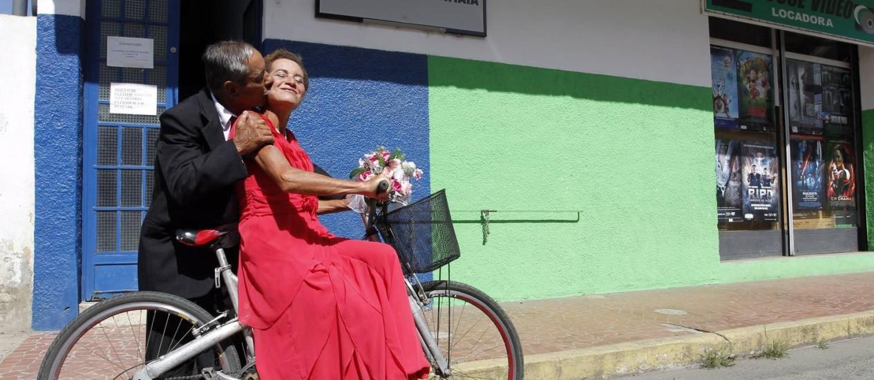 Brasilino beija Vanderlei na porta do cartório em Itatiaia: cidade encabeça o ranking de separações no Rio Foto: Gustavo Miranda / Agência O Globo