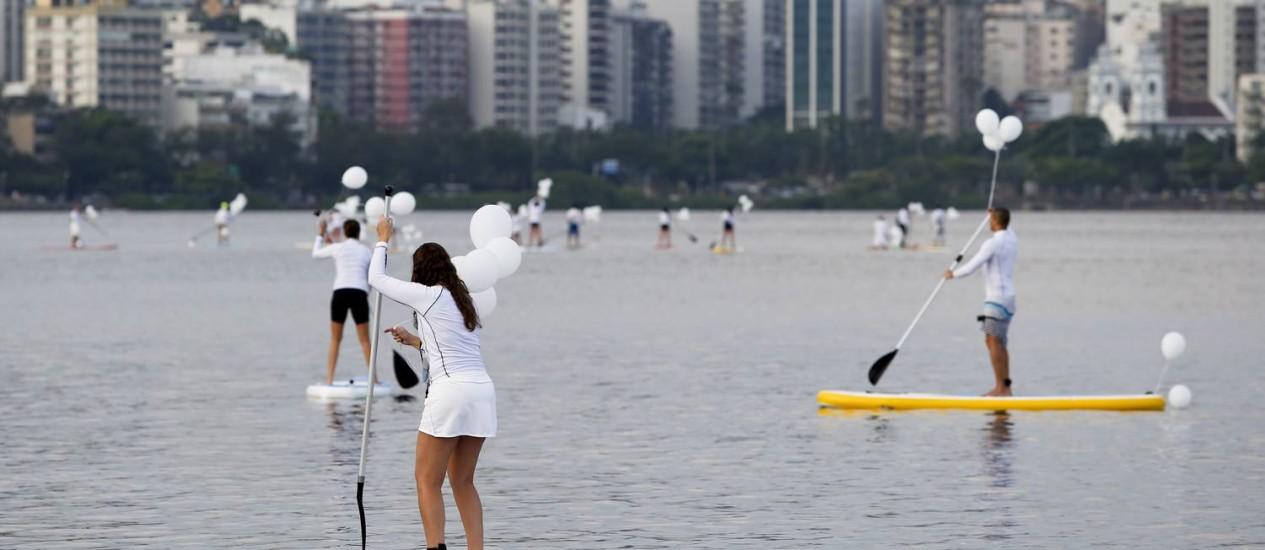 Protesto de praticantes de stand up paddle despertou a atenção de quem passava por perto da Lagoa Rodrigo de Freitas Foto: Simone Marinho / Agência O Globo