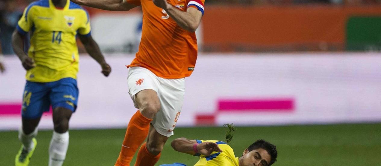 Van Persie foi o destaque do amistoso entre Holanda e Equador. O atacante marcou um golaço, o de empate, no final do primeiro tempo Foto: Michael Kooren / REUTERS