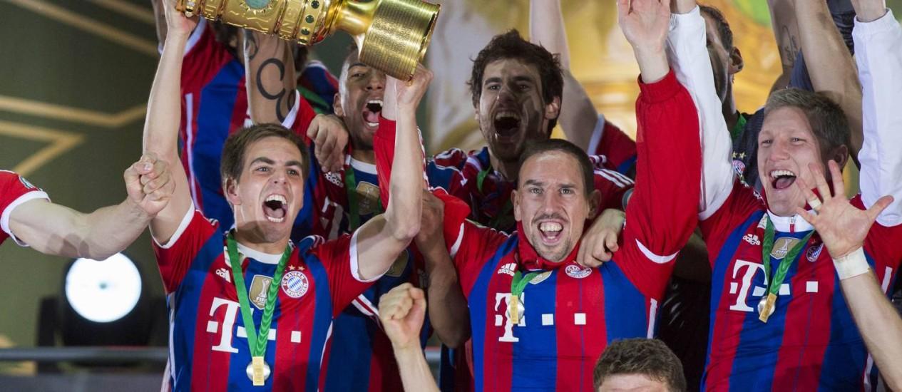 O capitão Philip Lahm ergue a taça da Copa da Alemanha Foto: Gero Breloer / AP