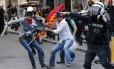 Policial à paisana detém manifestante durante protesto, em Istambul, que culpa o governo da Turquia pelo descaso com mineiros