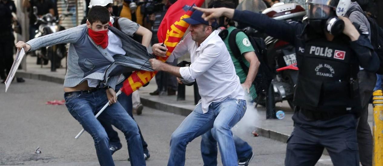 Policial à paisana detém manifestante durante protesto, em Istambul, que culpa o governo da Turquia pelo descaso com mineiros Foto: MURAD SEZER / REUTERS
