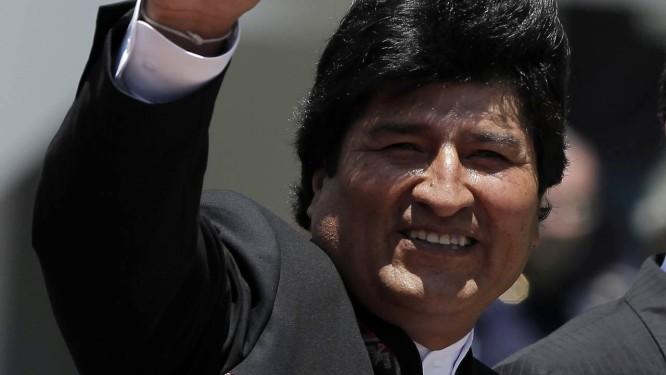 História sem fim. Evo Morales acena durante visita à Costa Rica: presidente é favorito a vencer eleições no fim deste ano Foto: JUAN CARLOS ULATE / REUTERS/8-5-2014