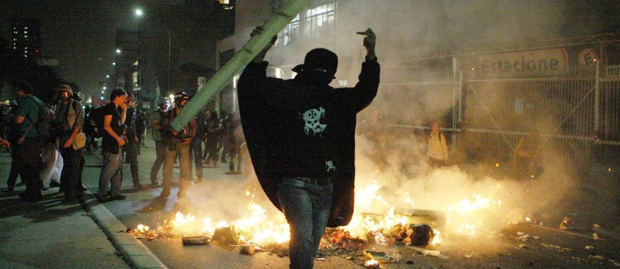 Manifestante fazem passeata na Rua da Consolação, em São Paulo, contra a Copa do Mundo Foto: Michel Filho