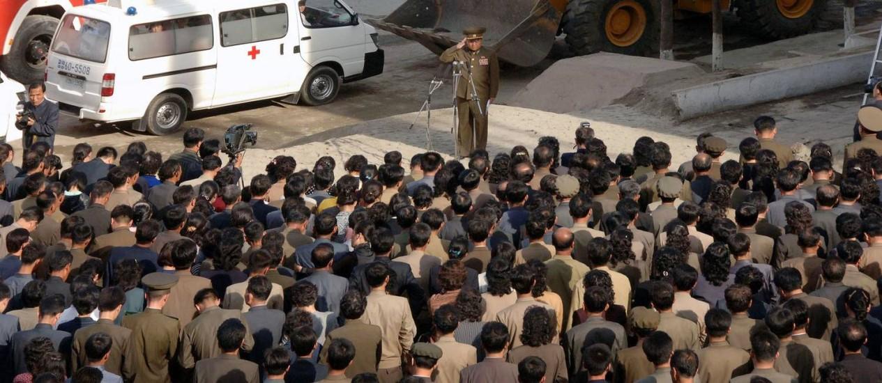 Agência de notícias oficial da Coreia do Norte divulgou imagem de oficial do governo pedindo desculpas aos moradores da região onde aconteceu o acidente Foto: AFP/ KCNA via KNS
