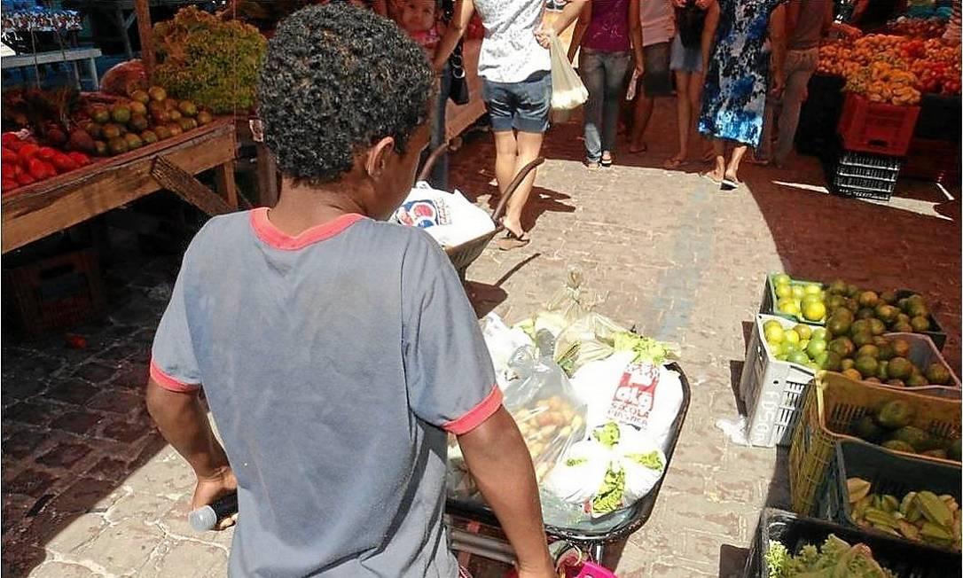 Em feiras livres, o trabalho de crianças começa ainda de madrugada Foto: Divulgação / Fotos de divulgação/Universidade Federal Rural de Pernambuco