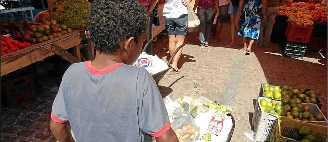 Em feiras livres do Recife, o trabalho de crianças começa ainda de madrugada Foto: Divulgação / Fotos de divulgação/Universidade Federal Rural de Pernambuco