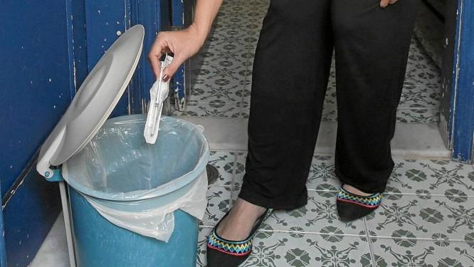 Clara Daguer: fisioterapeuta joga no lixo de casa seringas e agulhas Foto: Daniela Dacorso