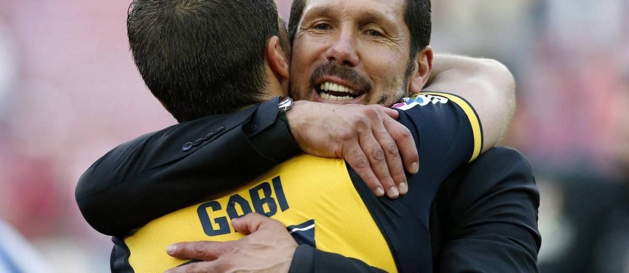 Simeone abraça o capitão Gabi após a conquista do título. Técnico já pensa na decisão da Liga dos Campeões Foto: Albert Gea / Reuters