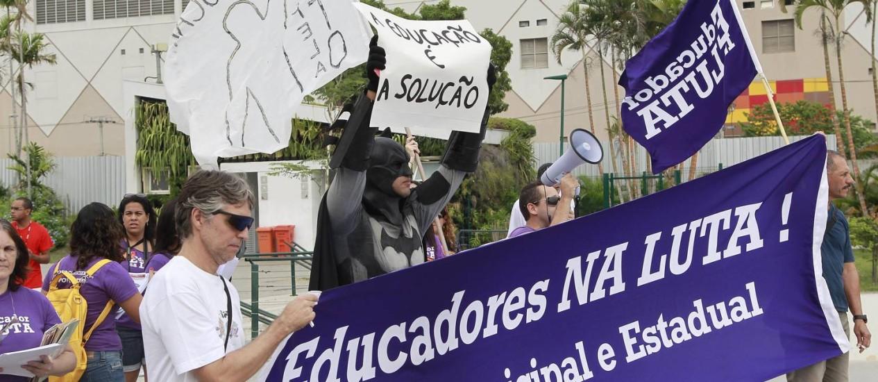 Professores da rede municipal e estadual protestam no Parque Madureira Foto: Márcio Alves / Agência O Globo