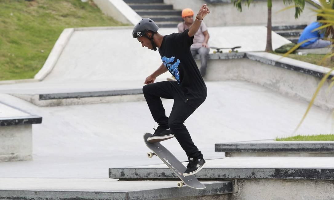 Skatista faz manobra na pista da Zona Norte Foto: Márcio Alves / Agência O Globo
